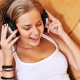 Mujer hermosa atractiva que disfruta de la música Foto de archivo libre de regalías