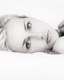 Mujer hermosa blanco y negro en cama Imagen de archivo libre de regalías