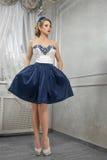 Mujer hermosa, bonita joven en el vestido azul-y-blanco corto, ha fotos de archivo