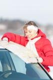 Mujer hermosa cerca de la correspondencia de la explotación agrícola del coche en invierno. Imagenes de archivo