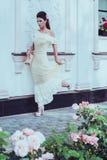 Mujer hermosa cerca de la fachada de lujo del edificio Fotos de archivo libres de regalías