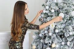 Mujer hermosa cerca del árbol de navidad Fotos de archivo