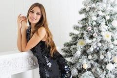 Mujer hermosa cerca del árbol de navidad Fotos de archivo libres de regalías