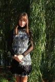 Mujer hermosa cerca del árbol de sauce Imágenes de archivo libres de regalías