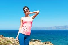 Mujer hermosa cerca del mar durante vacaciones de verano Imágenes de archivo libres de regalías
