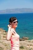 Mujer hermosa cerca del mar durante vacaciones de verano Fotos de archivo