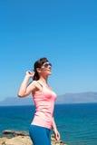 Mujer hermosa cerca del mar durante vacaciones de verano Imagen de archivo libre de regalías