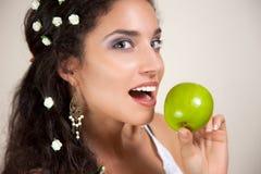Mujer hermosa con Apple Imágenes de archivo libres de regalías