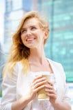 Mujer hermosa con café a imágenes de archivo libres de regalías