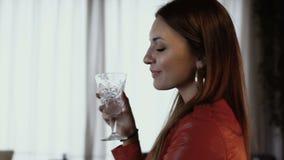 Mujer hermosa con Champán almacen de metraje de vídeo