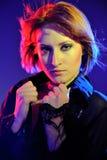 Mujer hermosa con corte de pelo corto en el club Foto de archivo libre de regalías