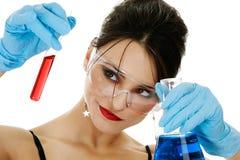 Mujer hermosa con cristalería química Imágenes de archivo libres de regalías