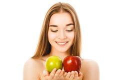 Mujer hermosa con dos manzanas en el fondo blanco Foto de archivo libre de regalías