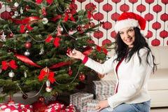 Mujer hermosa con el árbol de navidad natural Foto de archivo