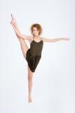 Mujer hermosa con el baile del pelo rizado Imagen de archivo
