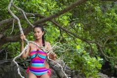 Mujer hermosa con el bikini en bosque verde Fotos de archivo libres de regalías
