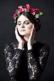 Mujer hermosa con el borde de la flor en la cabeza en vestido del cordón Imagen de archivo libre de regalías