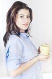 Mujer hermosa con el café de la mañana Imagen de archivo libre de regalías