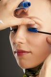 Mujer hermosa con el cepillo para el maquillaje Fotografía de archivo