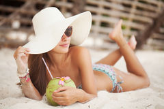 Mujer hermosa con el coco Imagen de archivo libre de regalías