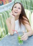 Mujer hermosa con el coctel en café Imágenes de archivo libres de regalías