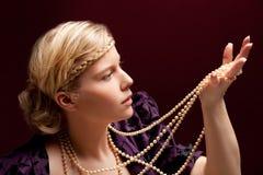 mujer hermosa con el collar imagenes de archivo
