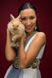 Mujer hermosa con el conejo Fotografía de archivo libre de regalías