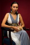 Mujer hermosa con el conejo Imagen de archivo libre de regalías