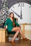 Mujer hermosa con el copia-espacio de la Navidad Gift Fotografía de archivo libre de regalías