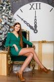 Mujer hermosa con el copia-espacio de la Navidad Gift Imagen de archivo libre de regalías