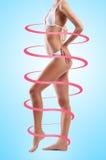 Mujer hermosa con el cuerpo del ajuste que está en espirales Fotos de archivo libres de regalías