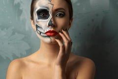 Mujer hermosa con el esqueleto del maquillaje fotografía de archivo libre de regalías