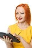 Mujer hermosa con el ipad Foto de archivo libre de regalías