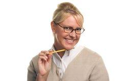 Mujer hermosa con el lápiz en su barbilla foto de archivo libre de regalías