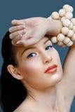 Mujer hermosa con el lápiz labial coralino imagenes de archivo