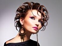 Mujer hermosa con el peinado de la moda y el maquillaje del encanto Fotos de archivo libres de regalías