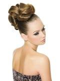 Mujer hermosa con el peinado moderno Imágenes de archivo libres de regalías