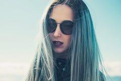 Mujer hermosa con el pelo azul fotografía de archivo libre de regalías