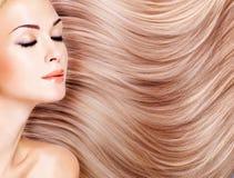 Mujer hermosa con el pelo blanco largo. Imagen de archivo libre de regalías