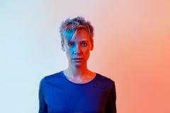 Mujer hermosa con el pelo corto del color filtros rojos y azules de la foto Fotos de archivo