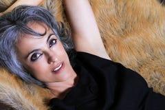Mujer hermosa con el pelo gris imagen de archivo libre de regalías