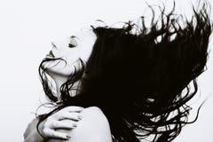 Mujer hermosa con el pelo largo del vuelo imagen de archivo libre de regalías