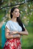 Mujer hermosa con el pelo largo que lleva el accesorio de plata elegante Imágenes de archivo libres de regalías