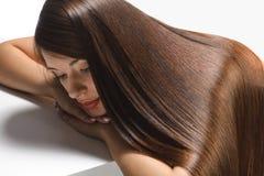 Mujer hermosa con el pelo largo sano Imagenes de archivo