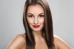 Mujer hermosa con el pelo marrón de largo recto Foto de archivo libre de regalías