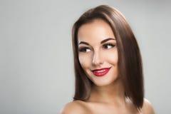 Mujer hermosa con el pelo marrón de largo recto Foto de archivo