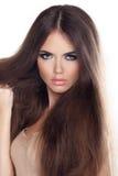 Mujer hermosa con el pelo marrón largo. Retrato del primer de una molestia Fotos de archivo