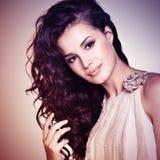 Mujer hermosa con el pelo marrón largo Teñido de imagen foto de archivo