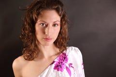 Mujer hermosa con el pelo marrón rizado fotos de archivo