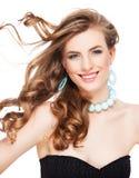 Mujer hermosa con el pelo marrón rizado Fotos de archivo libres de regalías